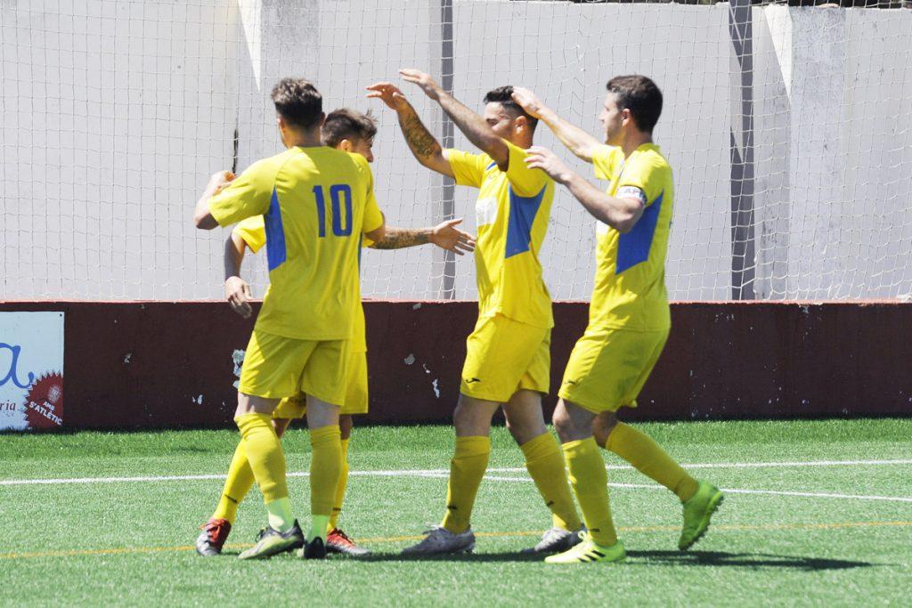 Celebración de un gol del Mercadal en Ciutadella la pasada temporada (Foto: Tolo Mercadal)