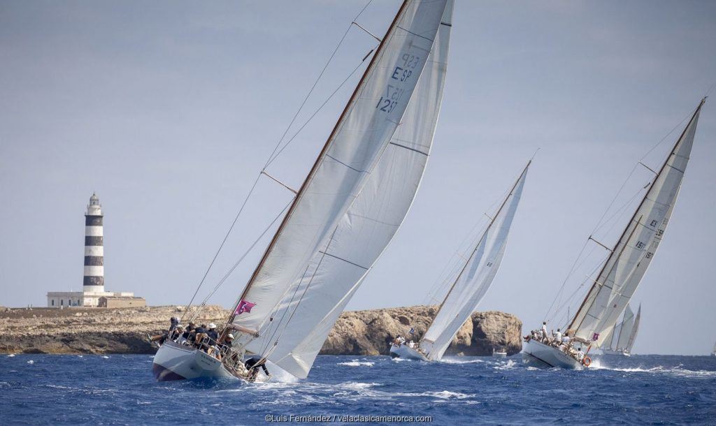La flota se dirige a la Illa de l'Aire en la segunda jornada de la XVII Copa del Rey de Barcos de Época.