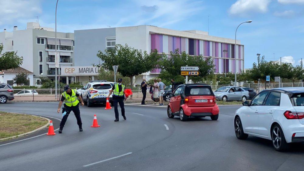 El accidente en Maó ha provocado importantes retenciones en la Vía de Ronda (Fotos: Tolo Mercadal)