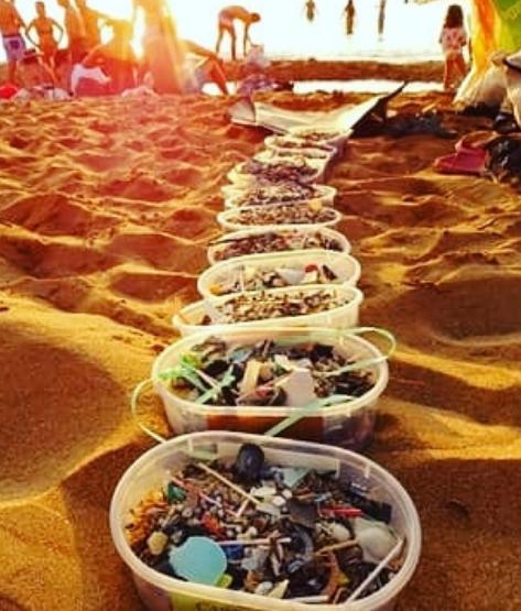 Imagen de los microplásticos recogidos en la última acción en Cavalleria (Fotos: Per la mar viva)