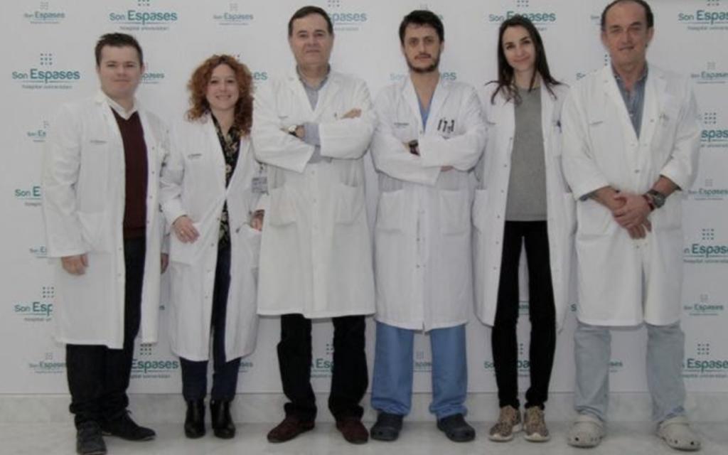 """El Dr. José Segura-Sampedro, tercero empezando por la izquierda., junto a sus compañeros de Son Espases con los que elaboró un estudio sobre """"balconing""""."""