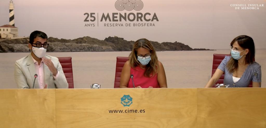El conseller de Fondos Europeos y Cultura, Miquel Company; la presidenta del Consell, Susana Mora; y la directora del Hospital Mateu Orfila, Tamara Contreras, durante su intervención esta mañana en el Consell Insular de Menorca.