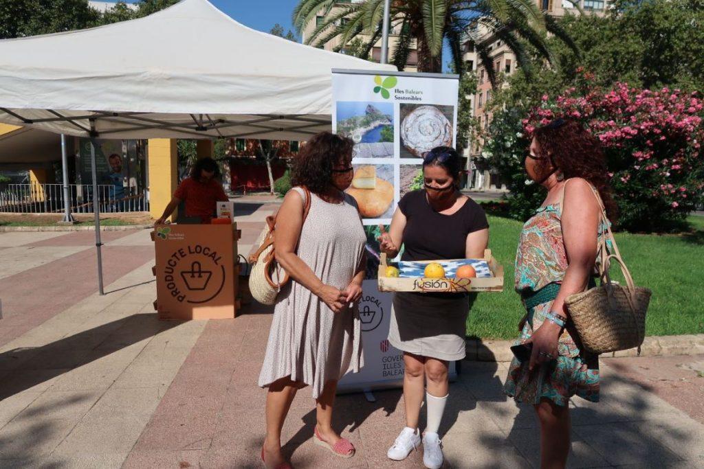 Carpa de información de productos locales en un mercado de las islas