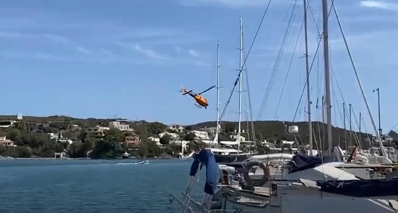 El helicóptero sobre el puerto