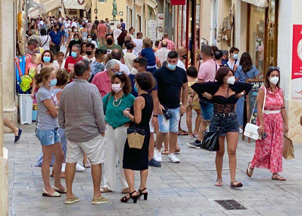 Turistas en el centro de Maó (Foto: Tolo Mercadal)
