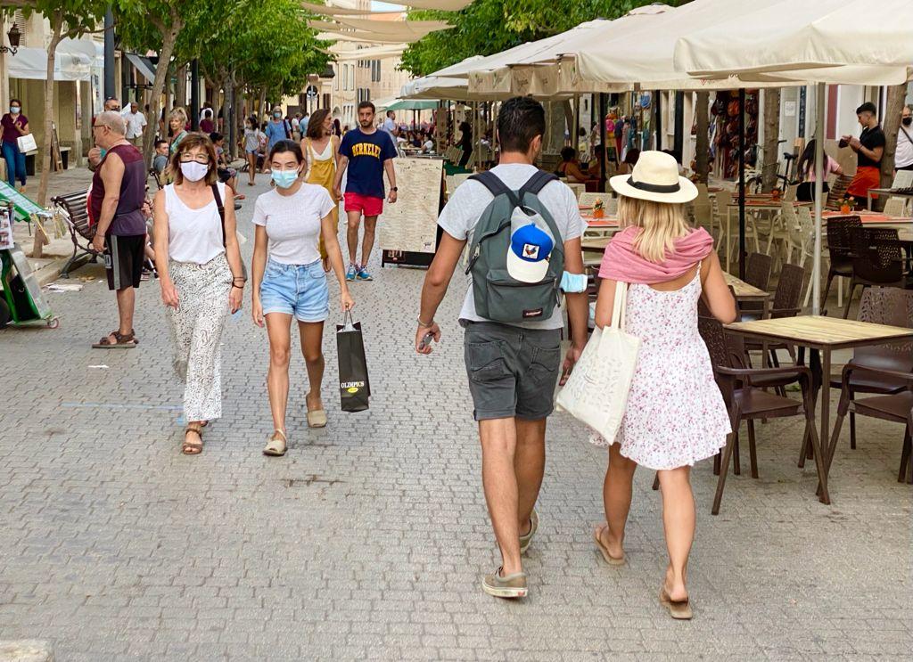 Gente paseado por el centro de Maó (Foto: Tolo Mercadal)