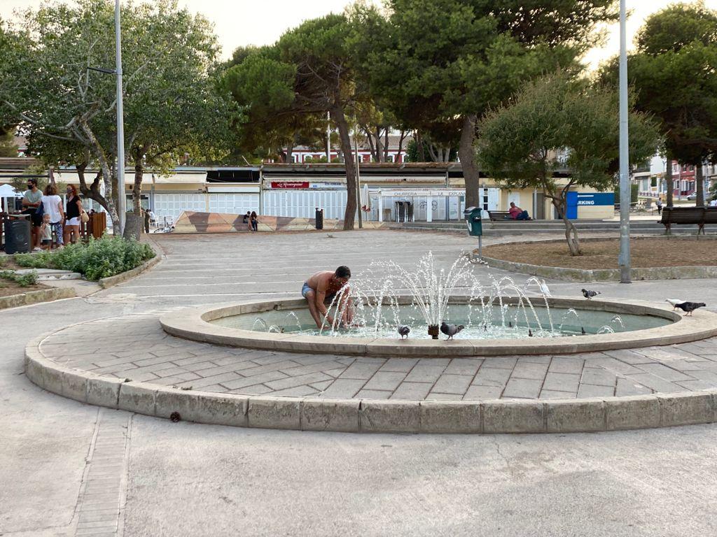 Gente refrescándose en la plaça Esplanada de Maó (Foto: Tolo Mercadal)