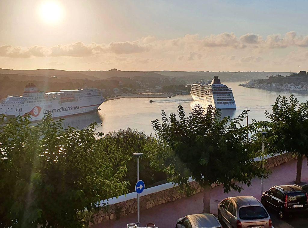 El Ciudad de Granada y el Europa 2 llegando al puerto de Maó a primera hora de este viernes.