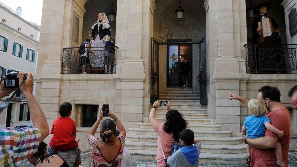 """La llegada de los """"gegants"""" ha provocado expectación (Foto: Tolo Mercadal)"""