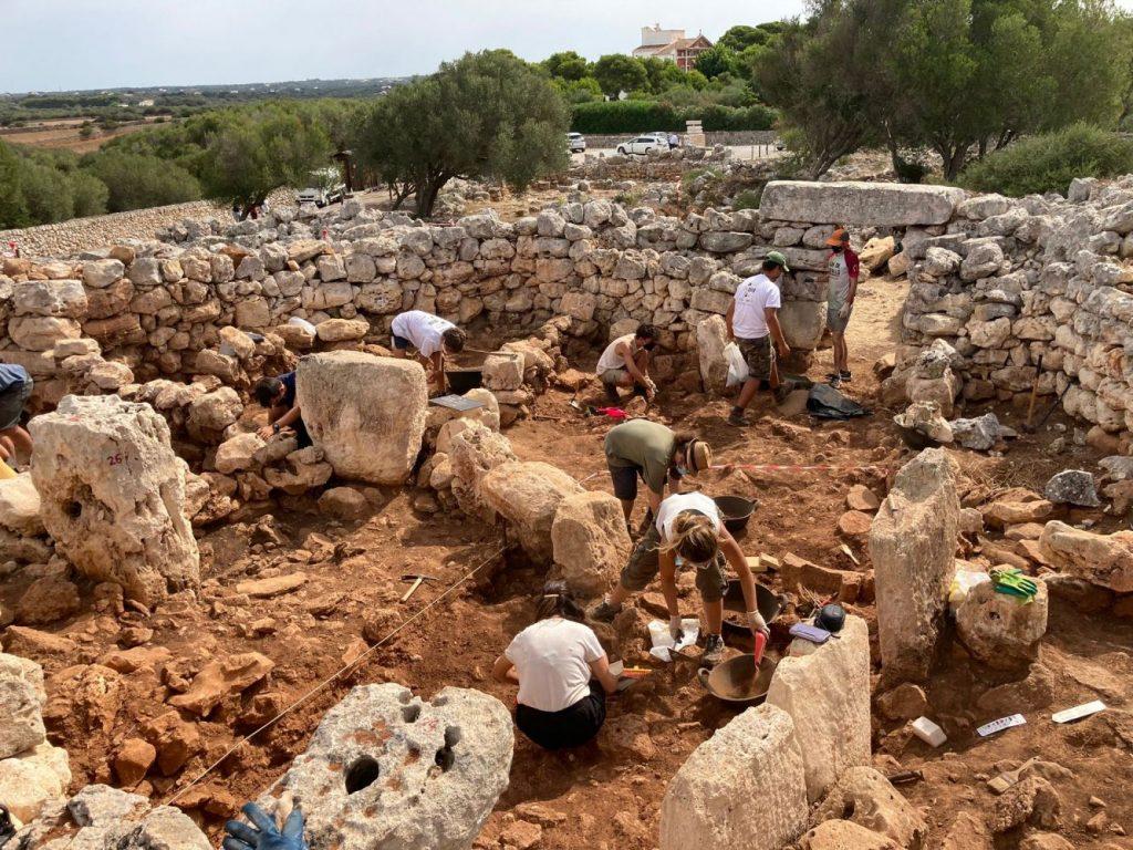 Arqueólogos trabajando en Torre d'en Galmés.