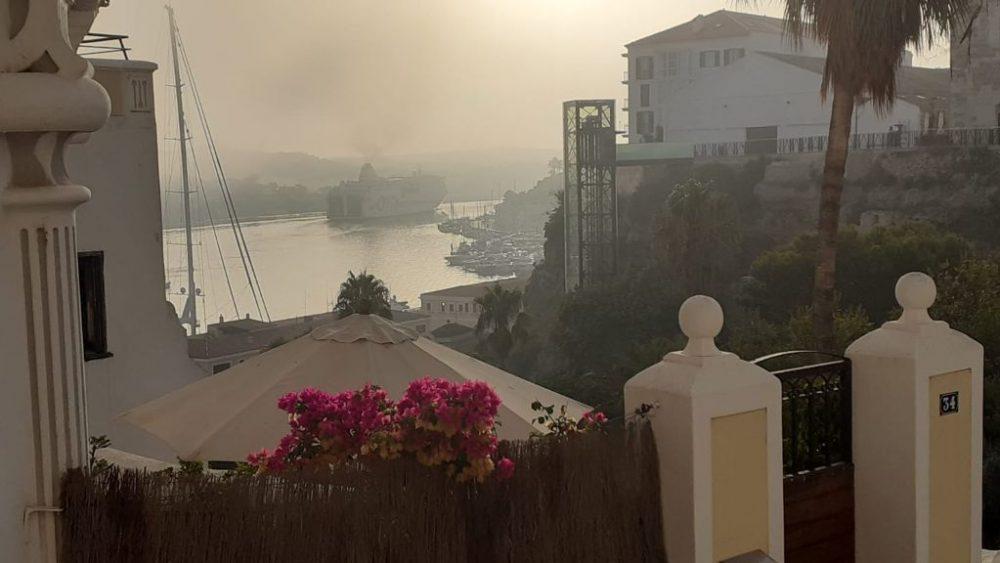 El puerto de Maó esta mañana (Foto: Juan Valdelvira)
