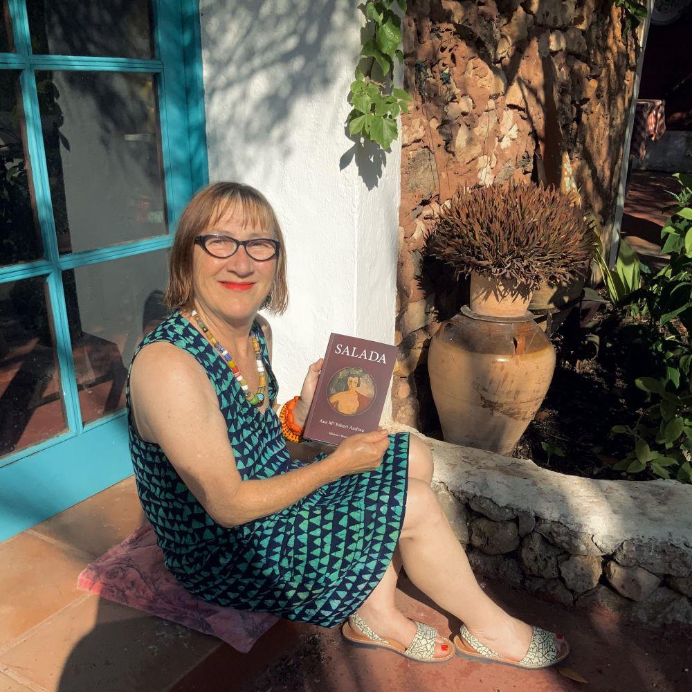 La autora y su libro.