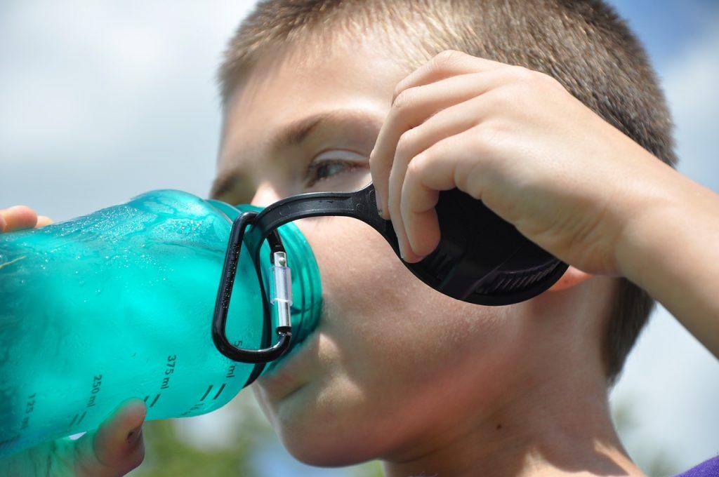 Los niños han de estar bien hidratados durante todo el día (Imagen de Gary G en Pixabay)