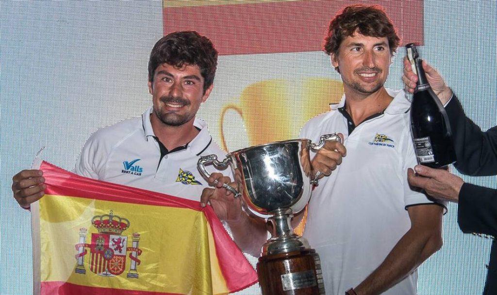 Felicidad de los menorquines tras el triunfo (Foto: Regate.com)