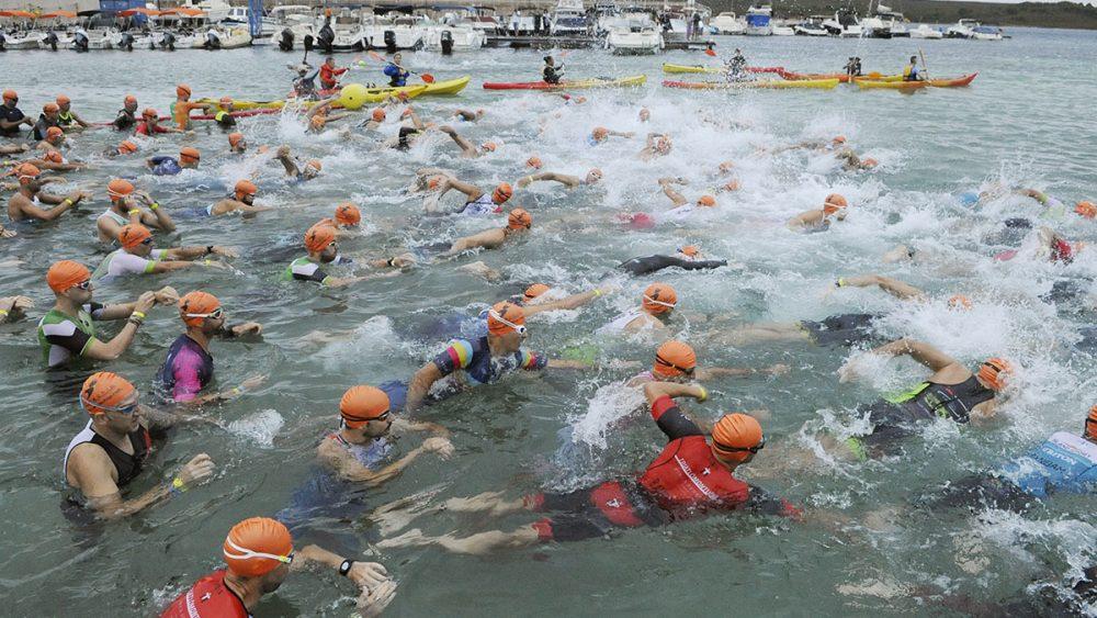 Imagen de la salida de la prueba de natación (Fotos: Tolo Mercadal)