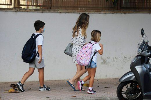 Recogen firmas para que los niños de Menorca dejen de llevar mascarilla en el patio