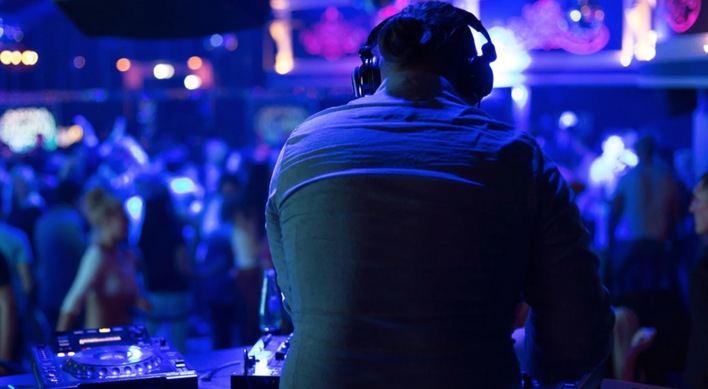 DJ en una discoteca.