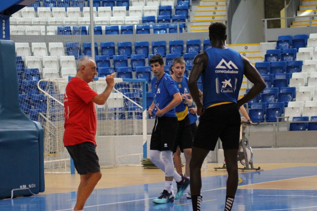 Pepe Laso, dando instrucciones en un entreno del Palma.