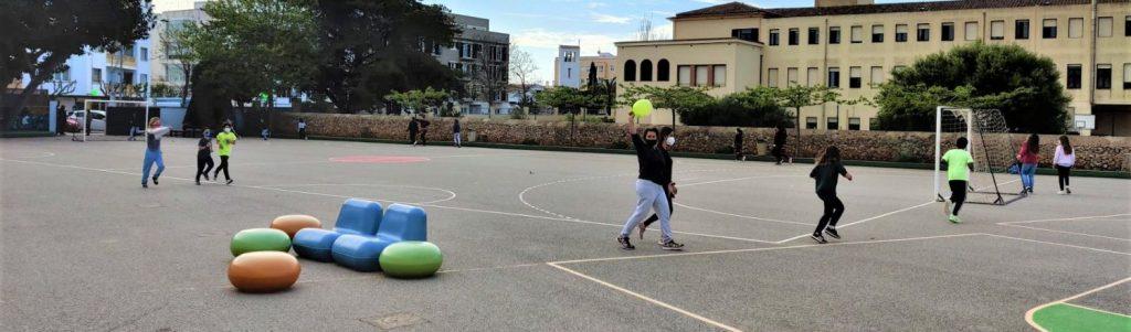 Escolares realizando actividad física en el patio de la escuela (Foto: Menorca Illa de l'esport)