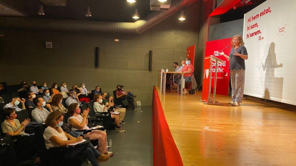 Discurso de Armengol con Susana Mora atendiendo entre los asistentes.