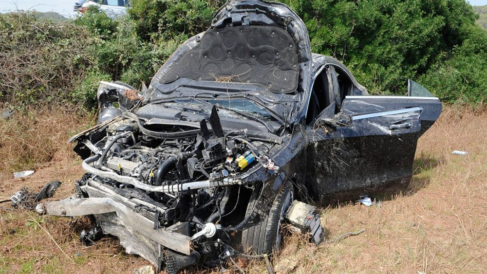 Los restos del vehículo continúan al lado de la carretera (Fotos: Tolo Mercadal)