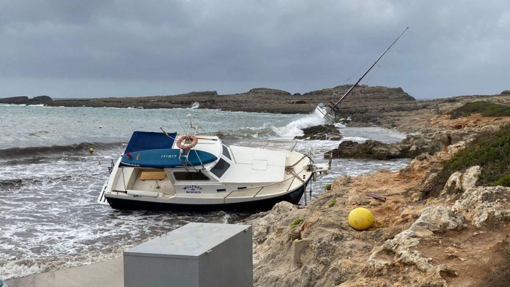 Los dos barcos, entre las rocas (Foto y vídeo: Tolo Mercadal)