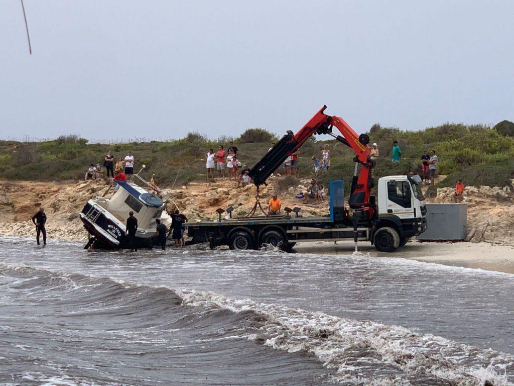 La grúa, en la orilla de la playa (Foto y vídeo: Rosa Preto)