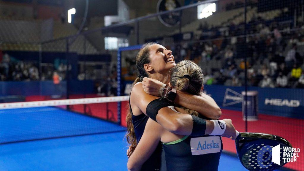 Gemma Triay y Alejandra Salazar se abrazan tras el triunfo.