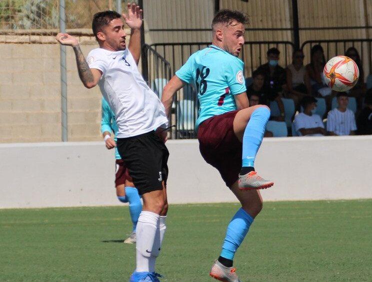 David Camps trata de controlar un balón (Fotos: Bernardí Vich - Futbolbalear.es)
