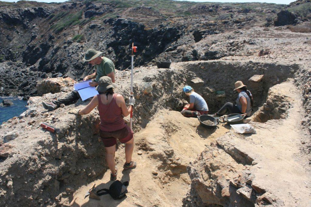 Investigadores en la mina de cobre prehistórica Sa Mitja Lluna (Foto: ArqueoUIB)