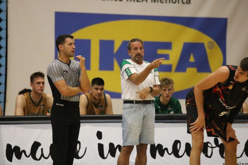 Joan Plaza, dando instrucciones durante el partido ante el Menorca.