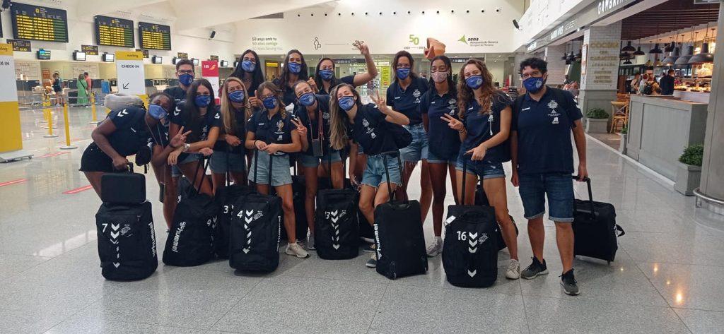 La expedición, en el Aeropuerto de Menorca (Foto: Vòlei Ciutadella)