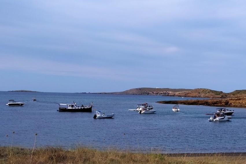 Las barcas se amontonan cerca de la orilla en una pequeña cala virgen del norte de la isla (Foto: EA)