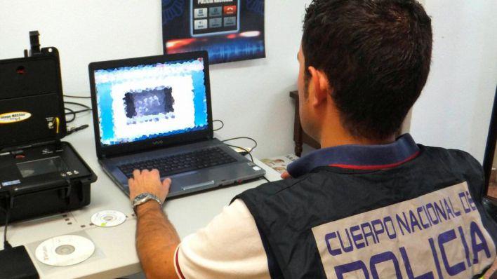 Policía delante del ordenador.