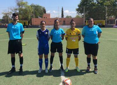 Trío arbitral con las capitanas (Fotos: Futbolbalear.es)