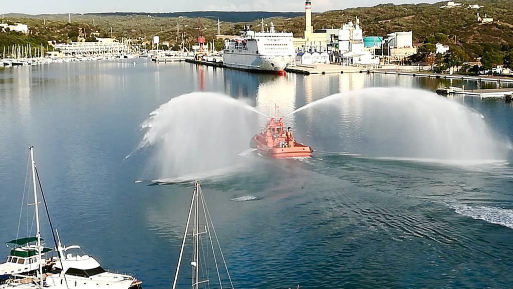 Las pruebas del remolcador han llamado la atención en el puerto (Fotos y vídeo: Manel)