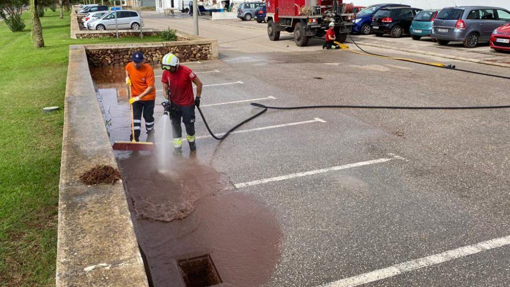 Operarios limpian el polígono de Ferreries (Fotos: Tolo Mercadal)