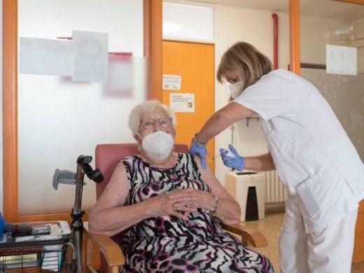 Administran la tercera dosis a los ancianos de las residencias menorquinas