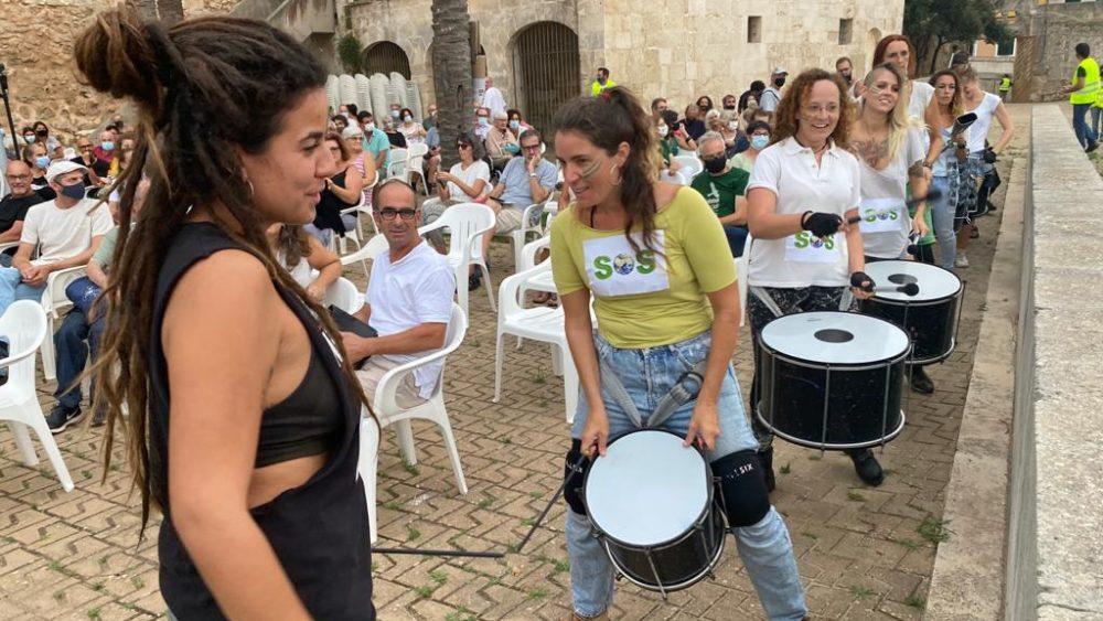 Sonido de tambores para anunciar el canto de Bella Ciao (Fotos y vídeos: Tolo Mercadal)
