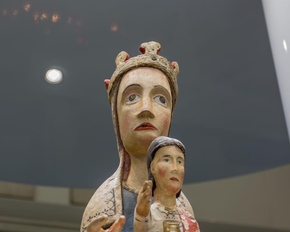 """""""Normalment la majoria d´imatges eren escultures de fusta policromada, típicament romàniques i amb un segell i/o posat molt hieràtic""""."""