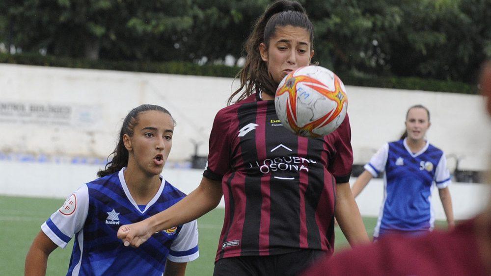 Paula Sintes trata de llegar a un balón (Fotos: Tolo Mercadal)
