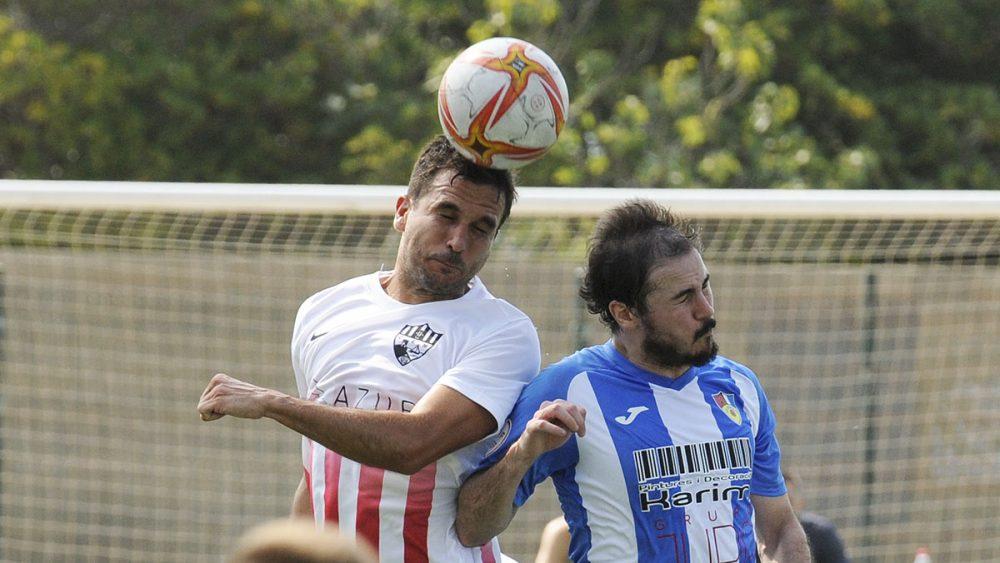 Guille Martí disputa un balón aéreo (Fotos: Tolo Mercadal)