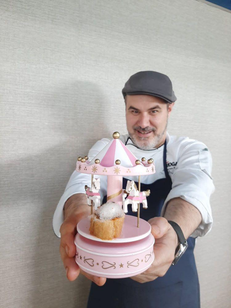 El chef ejecutivo de Lago Resort Menorca, José Antonio Guerrero, con la tapa 'Sant Joan'.