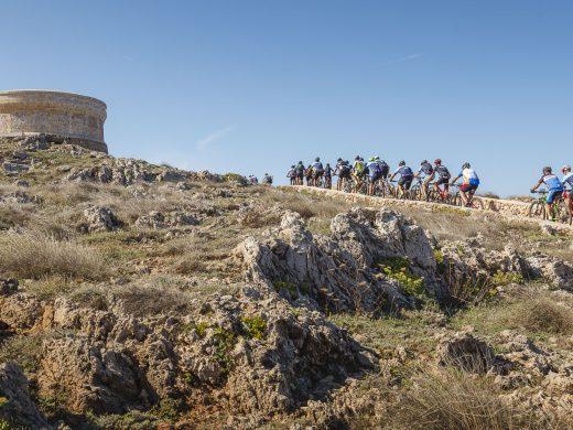Más de 400 ciclistas despiden la última etapa de la Volta a Menorca BTT