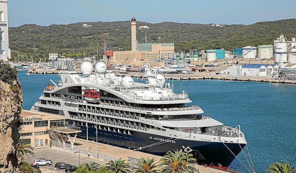 Imagen del crucero en el puerto de Maó (Fotos: Josep Bagur)