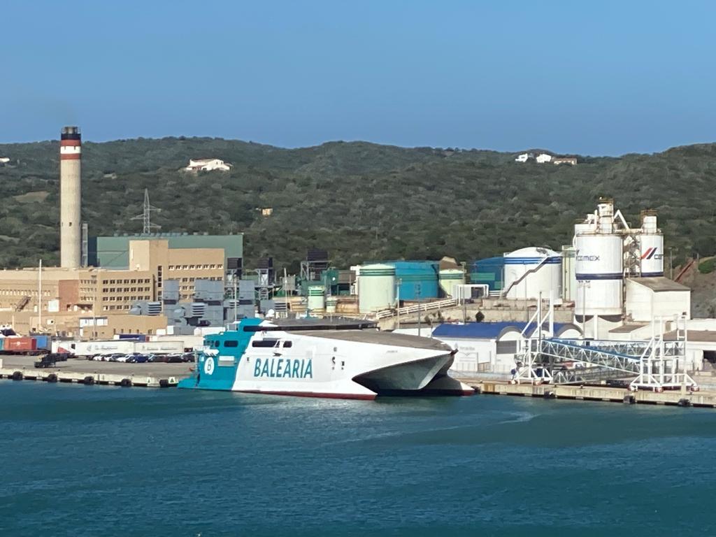 El buque de Baleària ya se encuentra en el puerto de Maó (Foto: Tolo Mercadal)