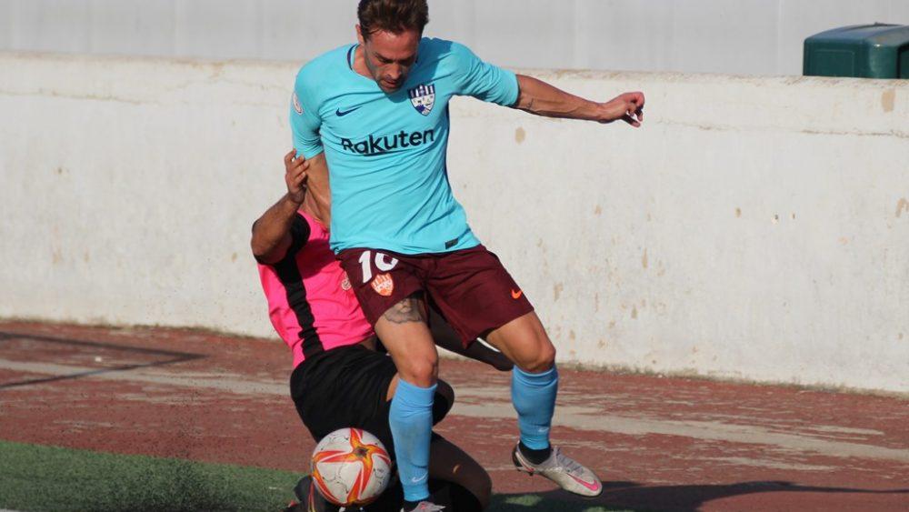 Rubén Carreras sortea a un contrario (Fotos: futbolbalear.es)