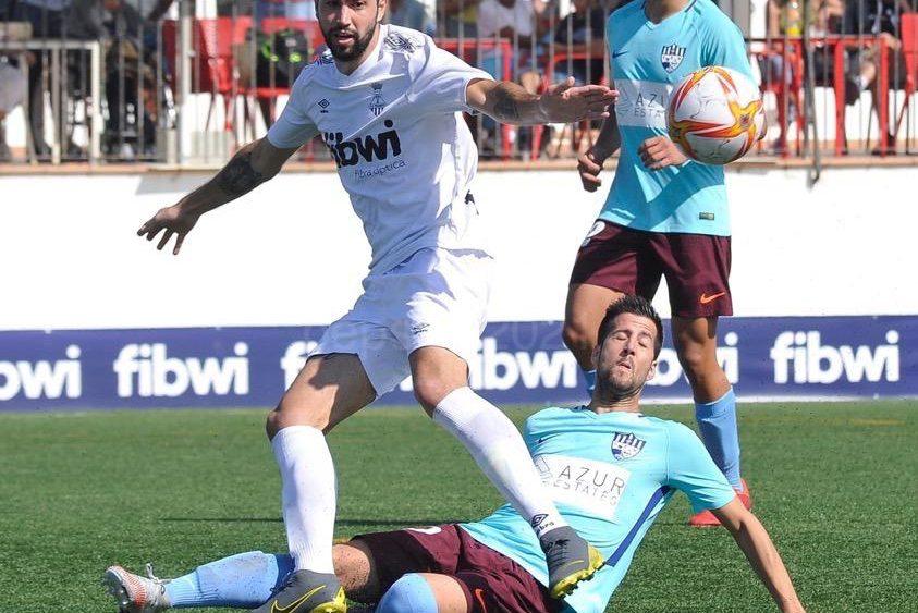 Llonga pelea un balón dividido (Fotos: Pep Sila - futbolbalear.es)