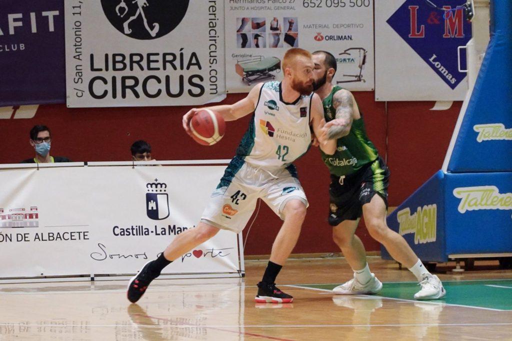 Smallwood trata de ganar la posición (Fotos: Bàsquet Menorca)