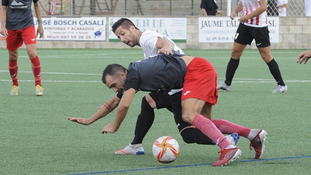 Llonga pelea la pelota (Fotos: Tolo Mercadal)
